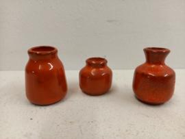 3 kleine oranje vaasjes 2.5 tot 4 cm. / 3 little vases in orange 0.98 till 1.57 inch.