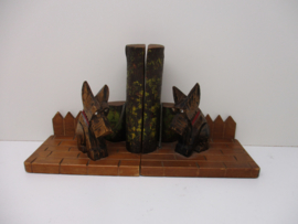 Boekensteuntjes hondjes op een boomstam / Bookends dogs on a tree trunk