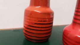 2 kleine vaasjes in oranje met ribbel  / 2 little vases in orange with a ridge
