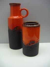 Set 2 vazen in zwart lava en rood 18 en 28 cm.