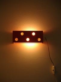 Wand klap lampje in oranje met noppen 21.5 cm.