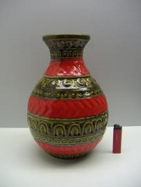 Bay vaas in groen met rood 30 cm. / Bay vase in green and red 11.8 inch