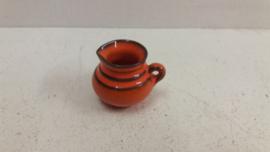 Klein kannetje in oranje 4 x 4 cm. / Small jug in orange 1.57 x 1.57 inch.