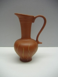 Kannetje van Sawa in bruin met decor / Little jug by Sawa in brown with decor.