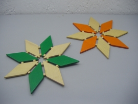 2 Onderzetters hout in ster vorm. / 2 Trivets in wood shaped like a star.