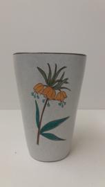 Grijze vaas met gele bloem 16 cm. / Gray vase with yellow flower 6.3 inch.