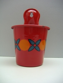 Wand zoutpot van Grandmère in rood met decor. / Wall saltpot by Grandm`ere in red