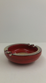 Rode asbak met beige glazuur 13 cm. / Red ashtray with beige glace 5.1 inch.