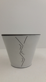 Witte bloempot met ingekerfde lijnen 615 / White planter with carved lines 615