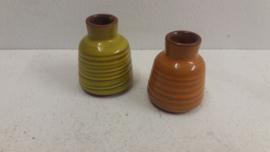 Setje oranje en een geel vaasje met ribbels / Set of orange and a yellow vase with ribs