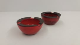 Setje asbakken in oranje 4 x 8.5 cm. / Set ashtrays in orange 1.6 x 3.3 inch