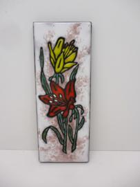 Ruscha wandbord met bloemen. / Ruscha wall tile with flowers.