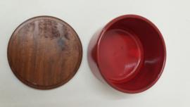 Een deksel doosje in rood 8 x 12.5 cm.  / A lid box in red 3.1 x 4.9 inch.