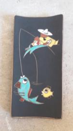 Ruscha wandbord met visser. 26.5 cm.  / Wall plate with fisherman. 10.4 inch.