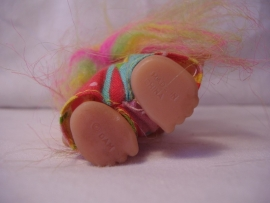 Kleine trol in regenboog kleuren 9 cm.