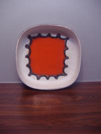 341-28 Schaal in oranje en wit fatlava / 341.28 plate white and orange fatlava