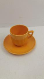Gele kop en schotel met ribbels  / Yellow cup and saucer with ribs