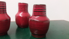 3 kleine vaasjes in rood met ribbel  / 3 little vases in red with a ridge
