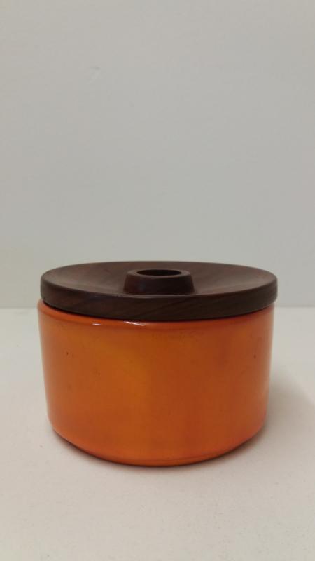 Een deksel doosje in oranje 8 x 12 cm.  / A lid box in orange 3.1 x 5.5 inch.