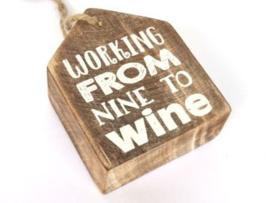 Hanger huisje  label  Working from nine to wine