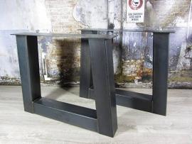 Tafel met trapeze onderstel