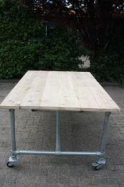 (tuin) tafel met steigerbuizen