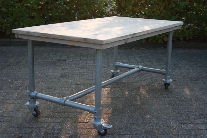 (tuin) tafel met steigerbuis en wielen
