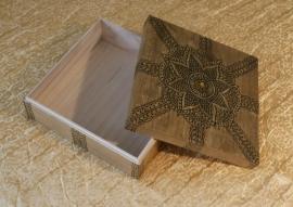Houten kistje met henna beschildering, 21cm x 21cm x 7cm