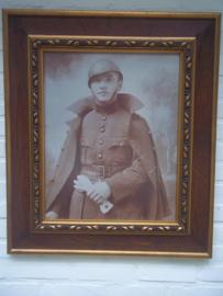 Foto Belgische soldaat met helm Model 1915 in lijst achter glas, groot 60 bij 75 cm. GEEN VERZENDING. leuk is het formaat grote foto's zijn niet gemakkelijk te vinden.