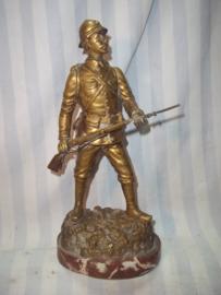 Beeld Franse soldaat op marmeren sokkel, 25 cm gesigneerd, brons voorstellende soldaat in de aanval, leuke maat, leuke voorstelling.
