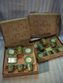 2 doosjes met blikken kopjes en schoteltjes en een schenkkan, jaren 40- 50. Made in France. zeer apart met beide originele verpakkingen.