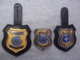 US Military Police and civilian police badge, numbered, used by S.F.O.R. and United nations forces. Burger politie en Militaire politie borsthangers, genummerd, van SFOR en UN zeer bijzonder