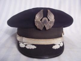 US pilot cap AMERICAN WEST, with plastic wing. Amerikaanse piloten pet van de American West vliegtuigmaatschappij, officiers model als extra de plastic wing.