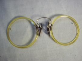 Curieuse knijpbril met gekleurde rand