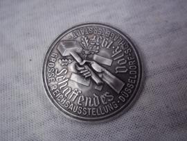 German tinnie, Rally badge. Duitse tinnie Schaffendes Volk 1937 - Grosse Reichsausstellung  - Dusseldorf - Schlageterstadt.