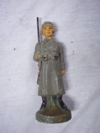 German toy soldier guardsman with rifle and overcoat.Elastolin soldaatje zonder merk, wachtpost, leuke voorstelling