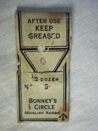 British surgeon needles 6 in one pack. nicely marked. Engelse operatie naalden in zakje met opschrift.
