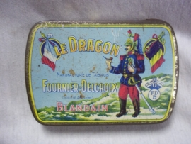 Nice colourfull tobacco tin with French Cuirassier.DRAGON.Decoratief Frans tabaksblikje zeer bijzonder in perfekte staat, met dragonder.
