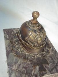 Bronze miniatur spike helmet on marmor plate with inscription KRIEGSWEIHNACHTEN 1914,  L.BATTERIE GRAU RHEINDORF. Bronzen artillerie Pickelhaube, met afschroefbare bol, zeer decoratief, inscriptie op marmeren voet.