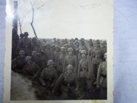 Photo of a group German Wehrmacht soldiers dated 1940. Foto van een groep Duitse soldaten