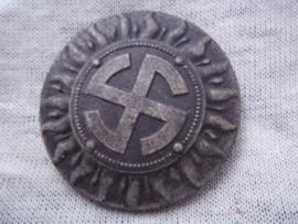 German tinnie, rally badge, Duitse tinnie, met hersteller Hakenkruis in een sonnen rad.