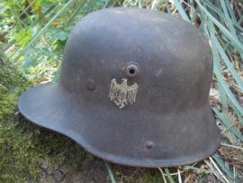 German helmet Model 1916 with Wehrmacht decal. Duitse helm M-16 met wehrmacht decal, zo gevonden, originele kleur.  GBN-64 Gebruder Bing Nurnberg, alleen het leer ontbreekt aluminium rand aanwezig TOP stuk