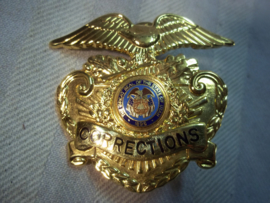US police cap badge CORRECTIONS. Amerikaans politie pet embleem van het gevangeniswezen. department of corrections.