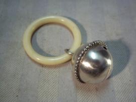 Rammelaar, zilver, aan ring, met meester keurmerk van zilver.