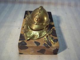 Inkwell French helmet on marble. Inktpotje, Vuurvergulde franse helm met vlag sabel en dergelijke op marmeren voet, gesigneerd TOP item.