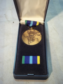 Nederlandse marine medaille in doos met baton.
