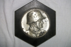 Silver plated plaque on wood of a German soldier. Plaquette van een Wehrmacht soldaat verzilverd