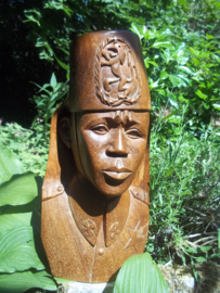 Wooden statue of a colonial soldier from the belgium army in Belgium Congo. Houten beeld van een ABBL soldaat, met fez en nationaal embleem Belgisch leger in de Congo, 40 cm zeer zeldzaam.