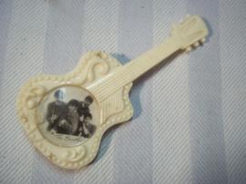 Draag speldje jaren 60 in de vorm van een gitaar met een foto van de BEATLES, mooi item uit die tijd apart.
