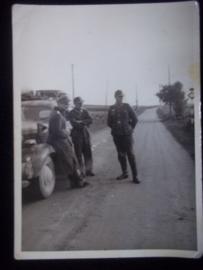 Foto, Duitse soldaten bij stafauto, met auto vaandel Wehrmacht.